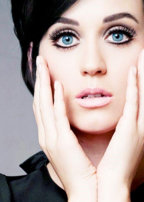 Katy Perry opta por los ojos delineados y por un labial muy natural